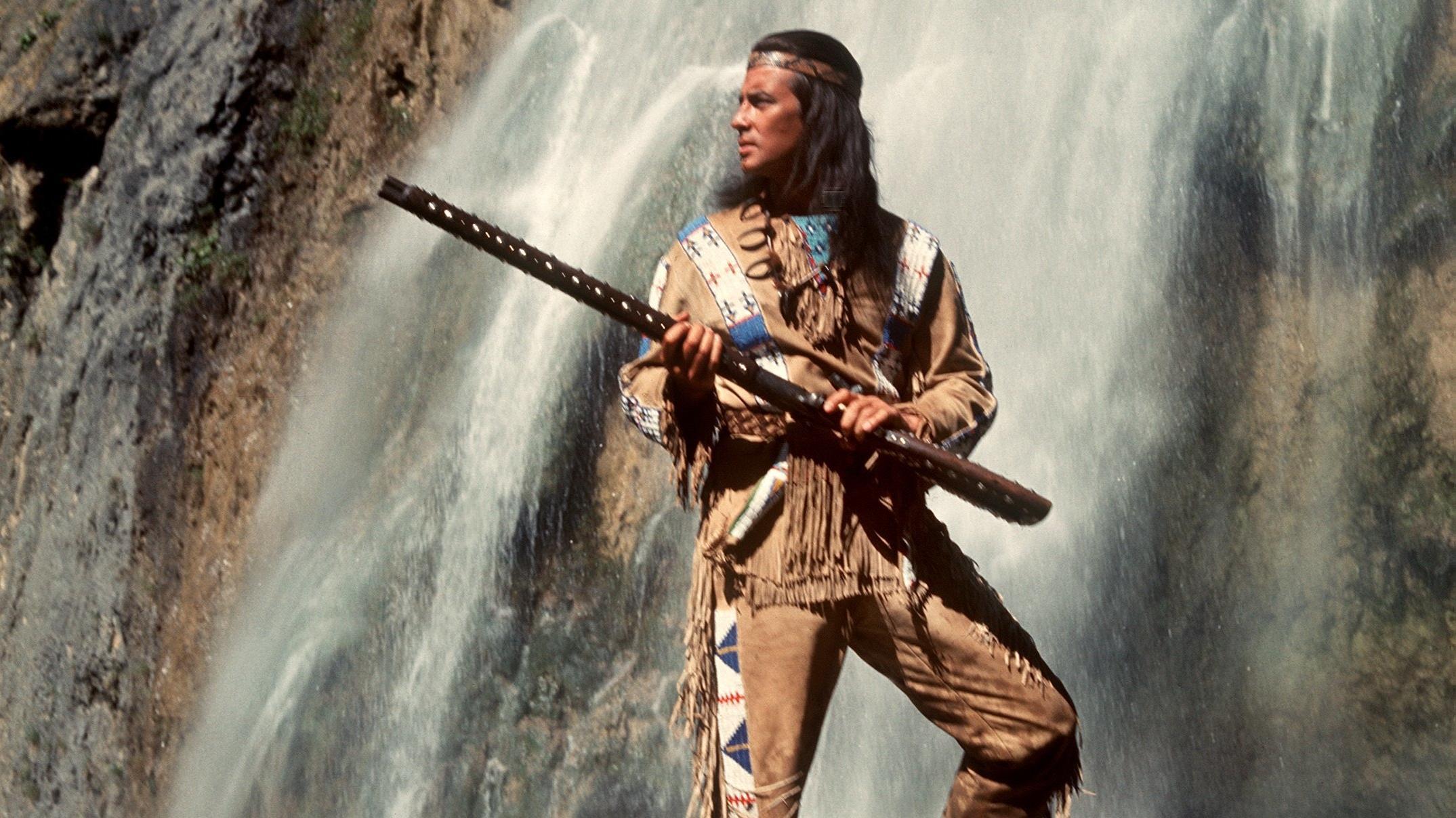 """Der französische Schauspieler Pierre Brice als stolzer Apachen-Häuptling """"Winnetou"""" in einer Szene des Karl-May-Films """"Winnetou 3""""."""