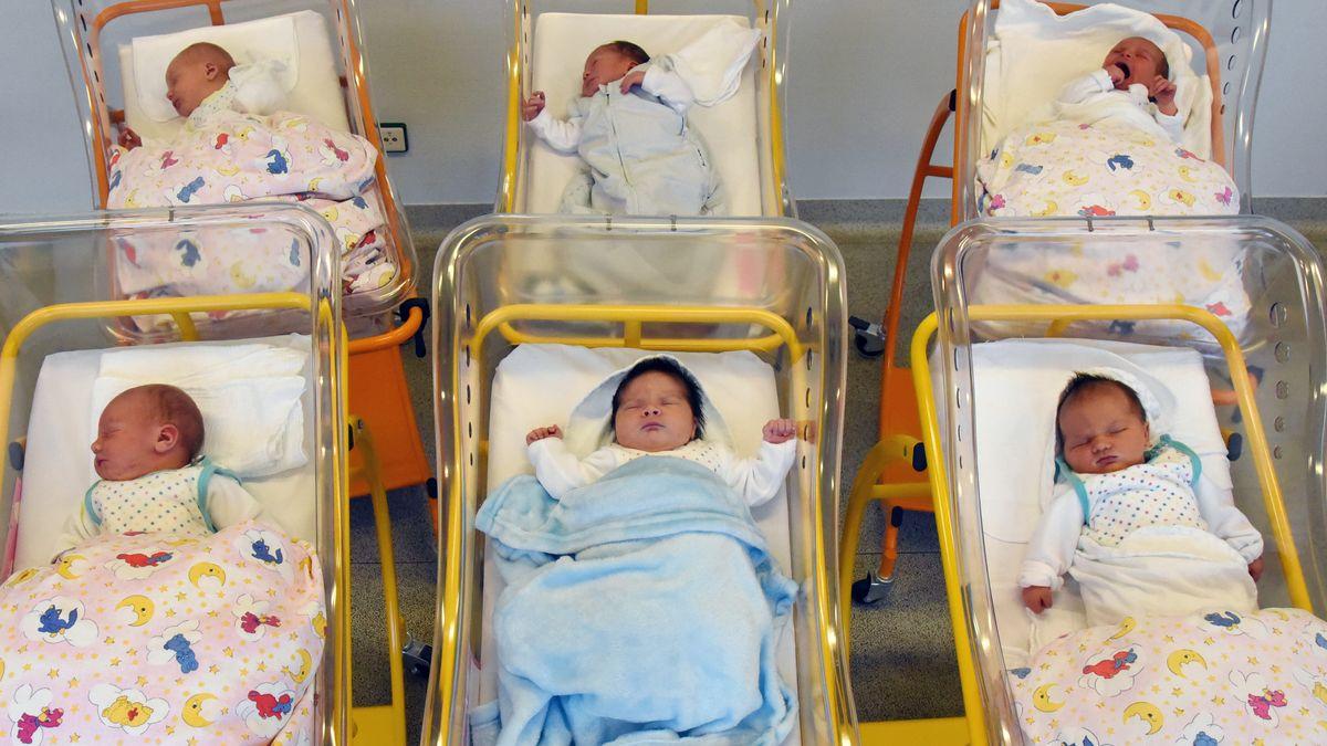 Neugeborenenstation mit sechs Säuglingen