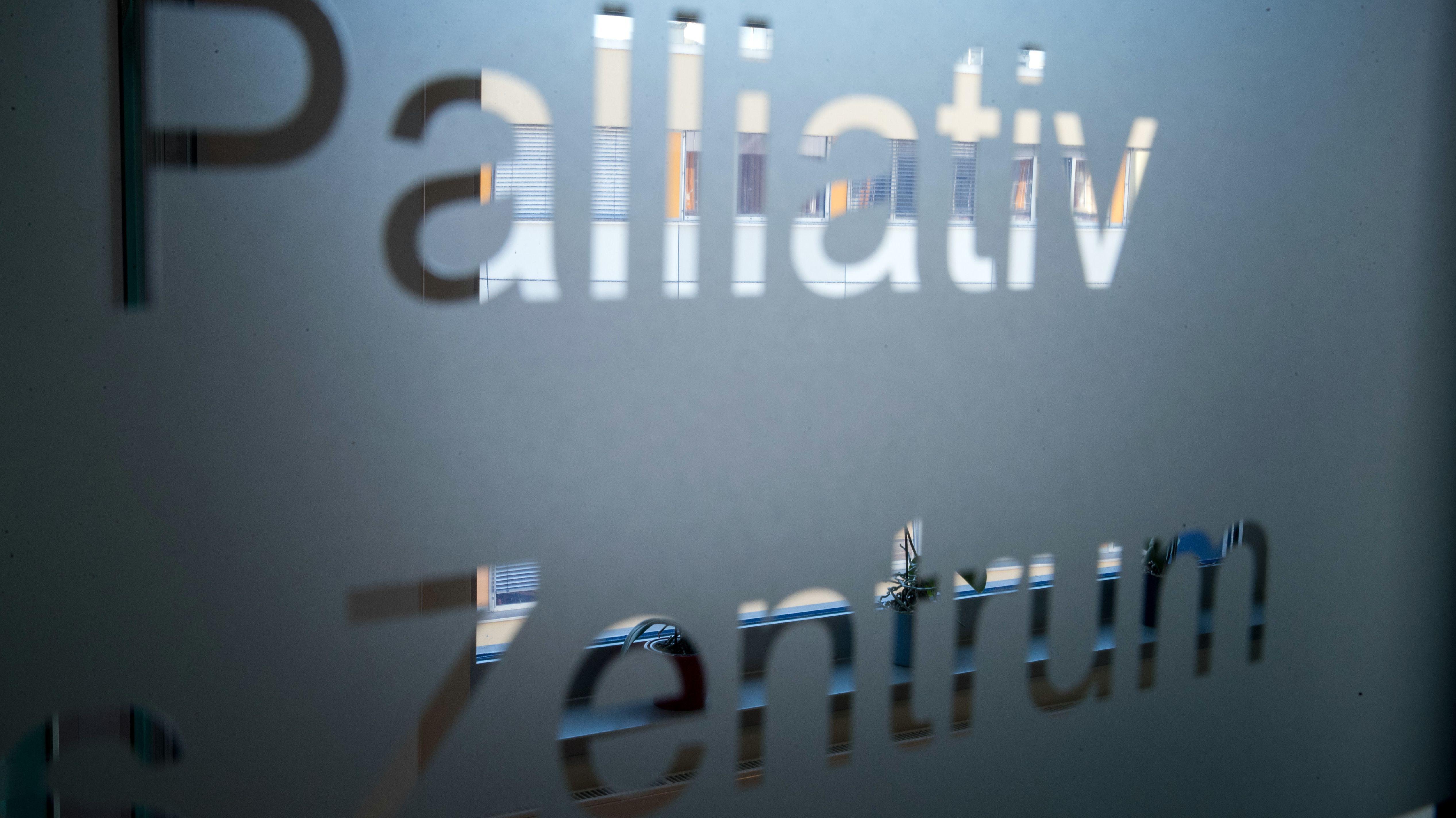 """Glastür mit Aufschrift """"Palliativ Zentrum"""" (Symbolbild)"""