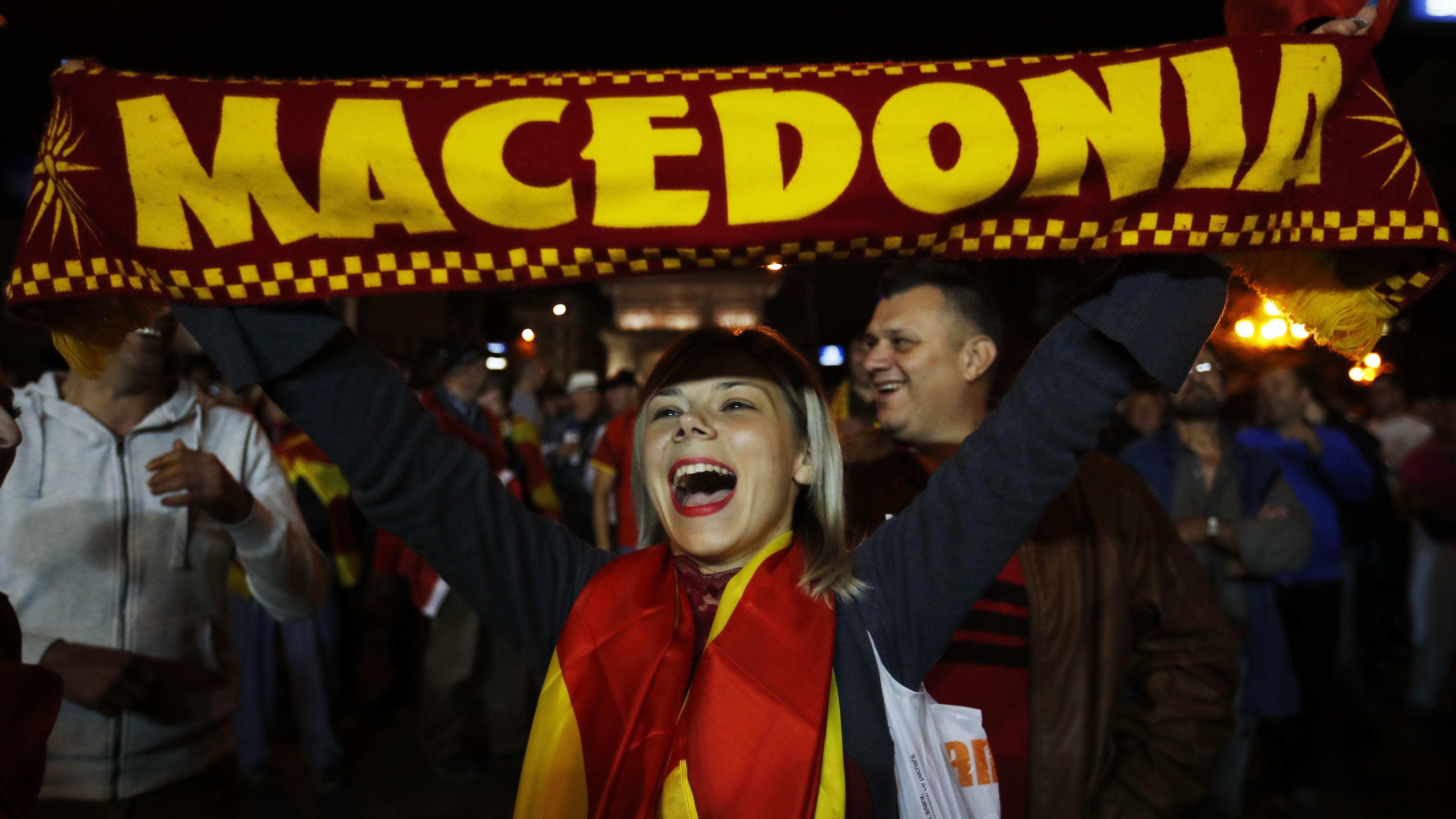 """Eine Frau schwenkt im September 2018 eine Fahne mit der Aufschrift """"Mazedonien"""". Im Zentrum der Wahl steht das emotionale Thema der Namensänderung von """"Mazedonien"""" in """"Nordmazedonien""""."""