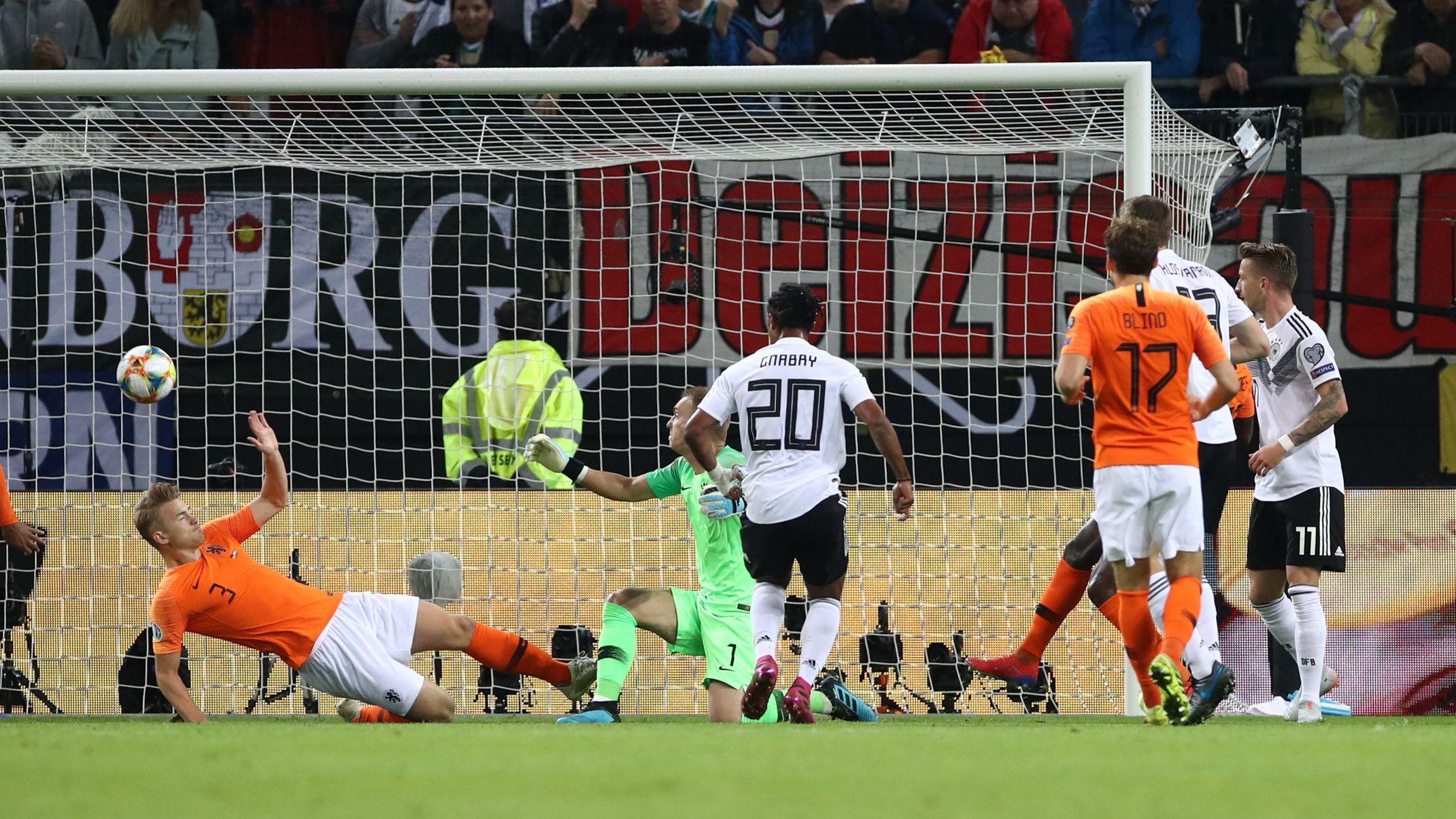 Serge Gnabry erzielt den Treffer zum 1:0.