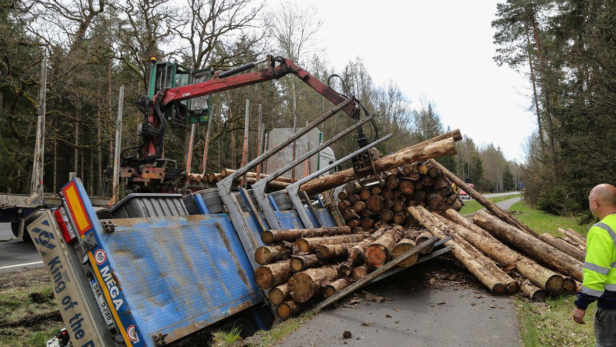 Der umgekippte Holzlaster während der Bergung der Baumstämme.
