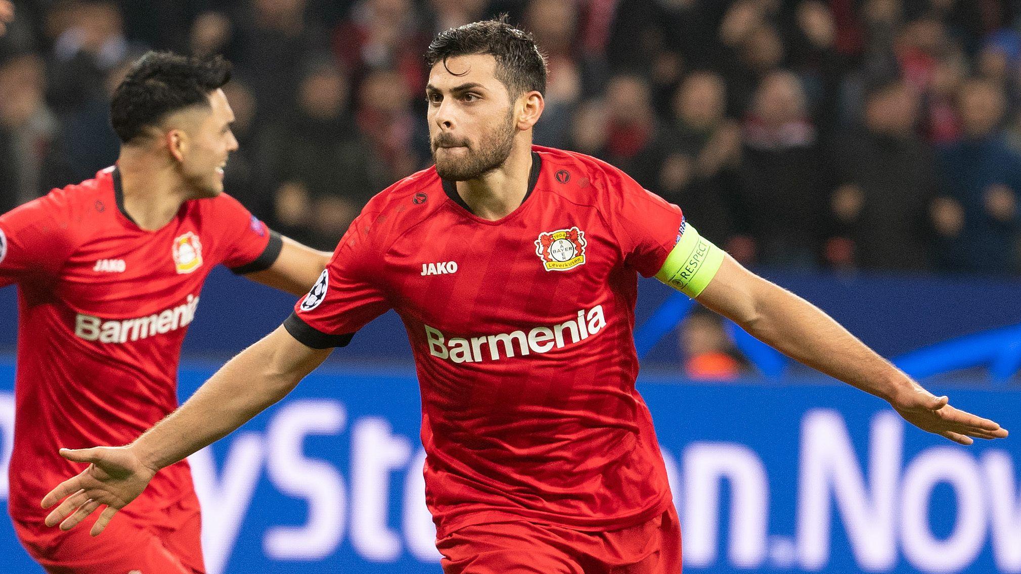Leverkusens Kevin Volland (r) freut sich mit Teamkollege Nadiem Amiri über sein Tor zum 2:0.