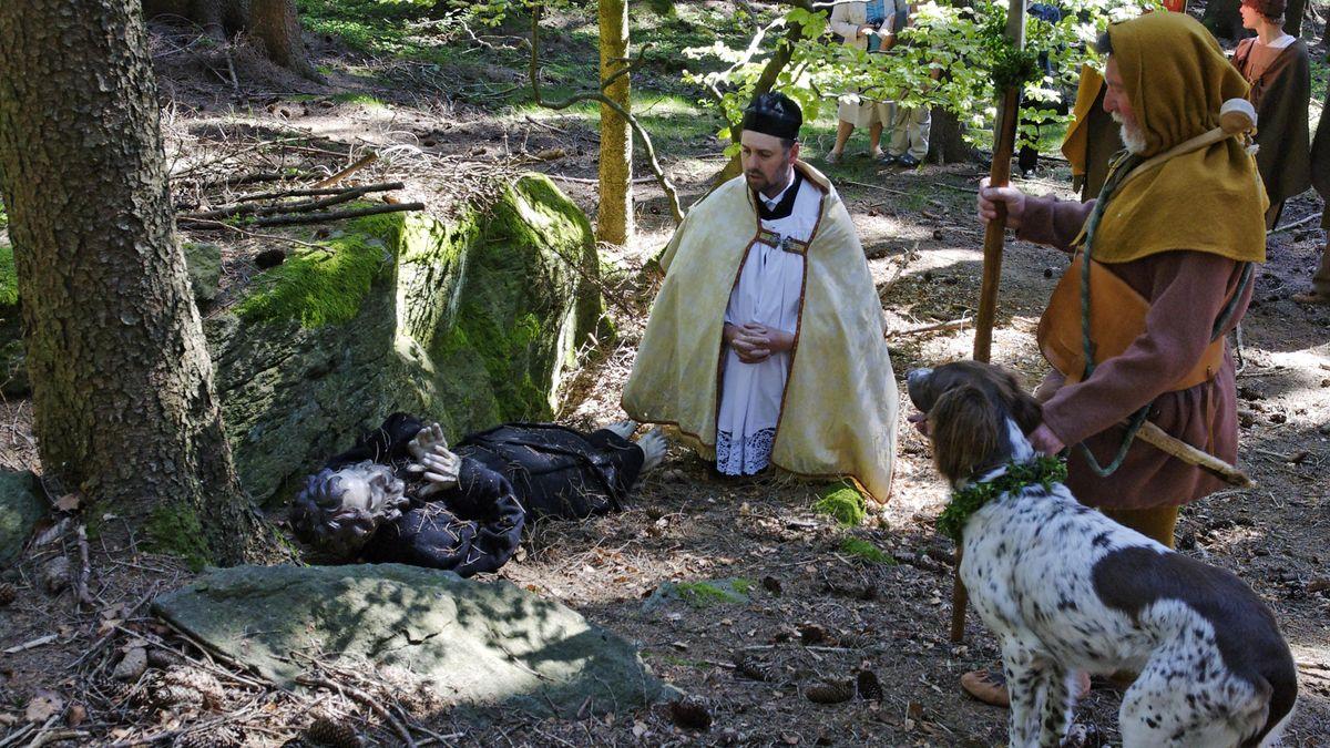 Die Holzfigur des seligen Engelmar wird im Wald gesucht