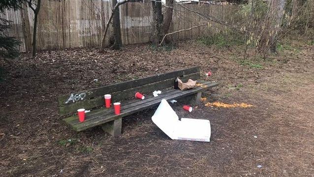 Überreste einer nächtlichen Party im Park.