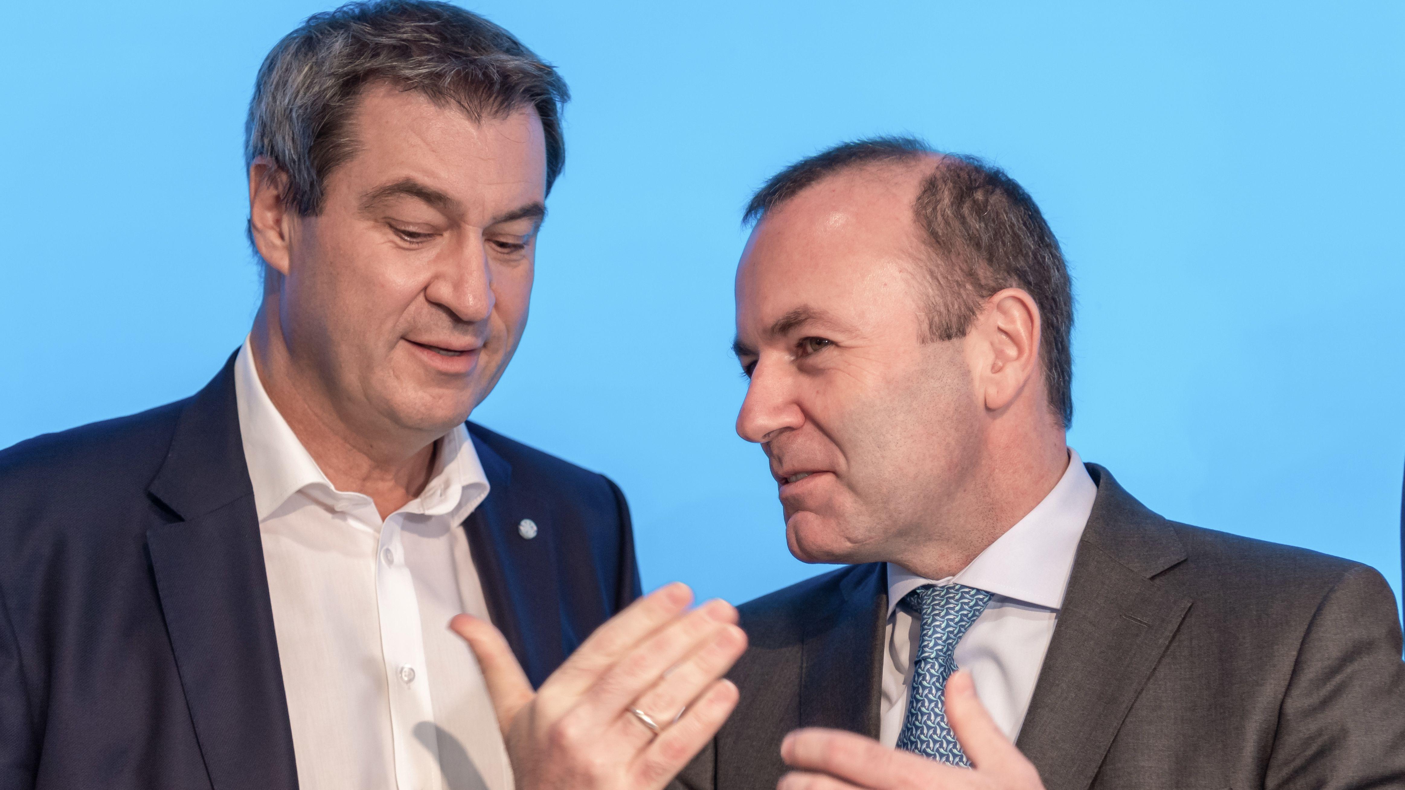 CSU-Parteichef Söder (l.) mit Parteikollege und EVP-Fraktionschef Weber zu Beginn der CSU-Vorstandssitzung am 15. Juli.