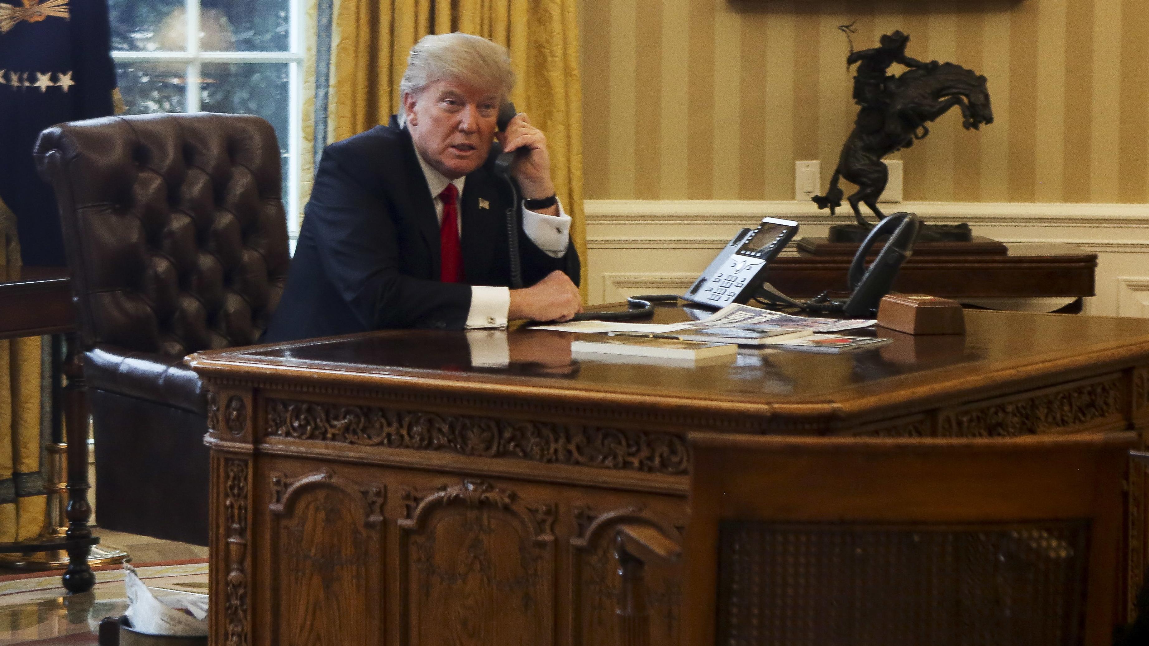Donald Trump am Schreibtisch im Oval Office