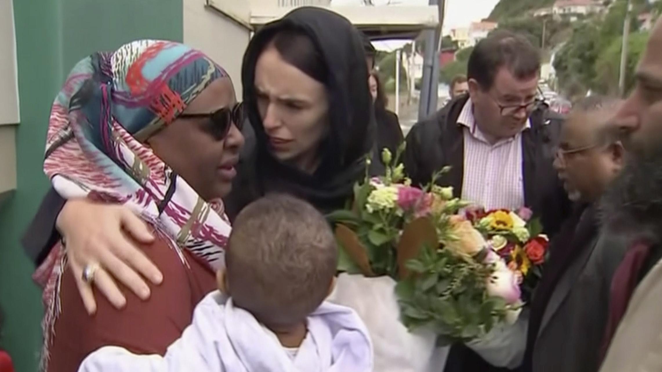 Premierministerin Jacinda Ardern (M.) versucht Trost zu spenden und hat als Zeichen der Solidarität nach muslimischer Sitte ihren Kopf verhüllt.