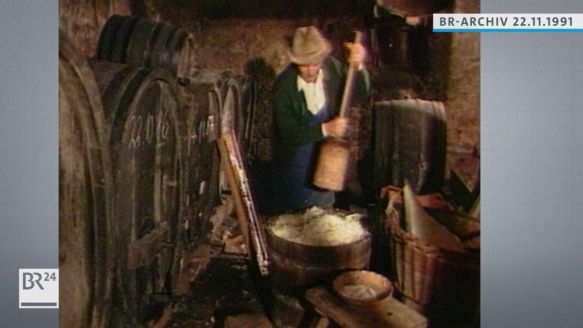 Otto Schäfer beim Stampfen von Sauerkraut