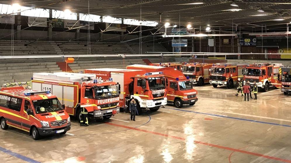 Die Kaufbeurer Feuerwehr im Eisstadion | Bild:BRBILD
