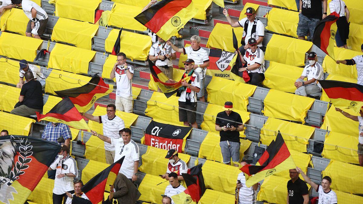 Die deutsche Fans feiern vor dem Spiel. Die meisten ohne Maske.
