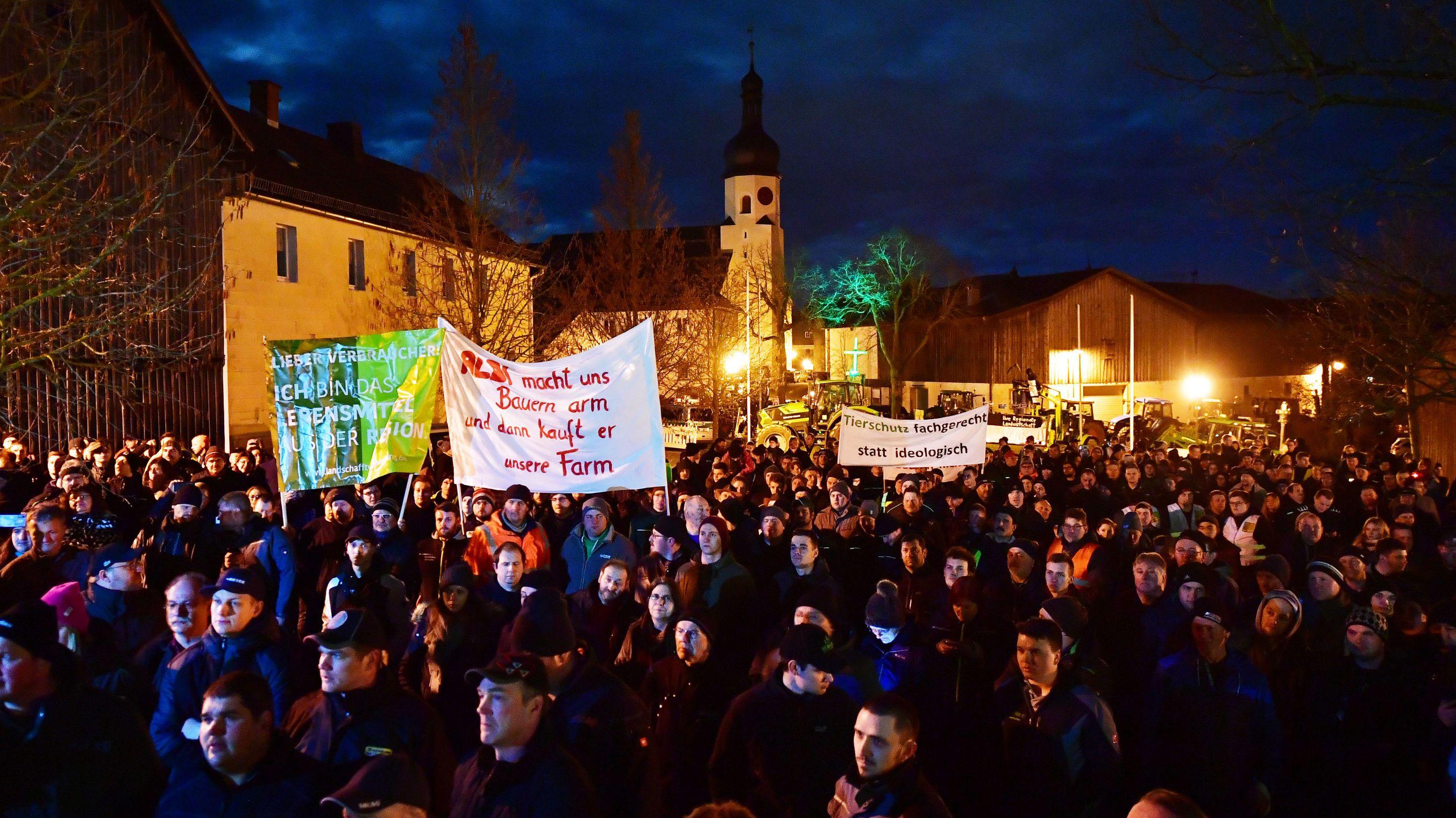 500 Bauern protestieren bei Klöckner-Besuch in Töpen im Landkreis Hof