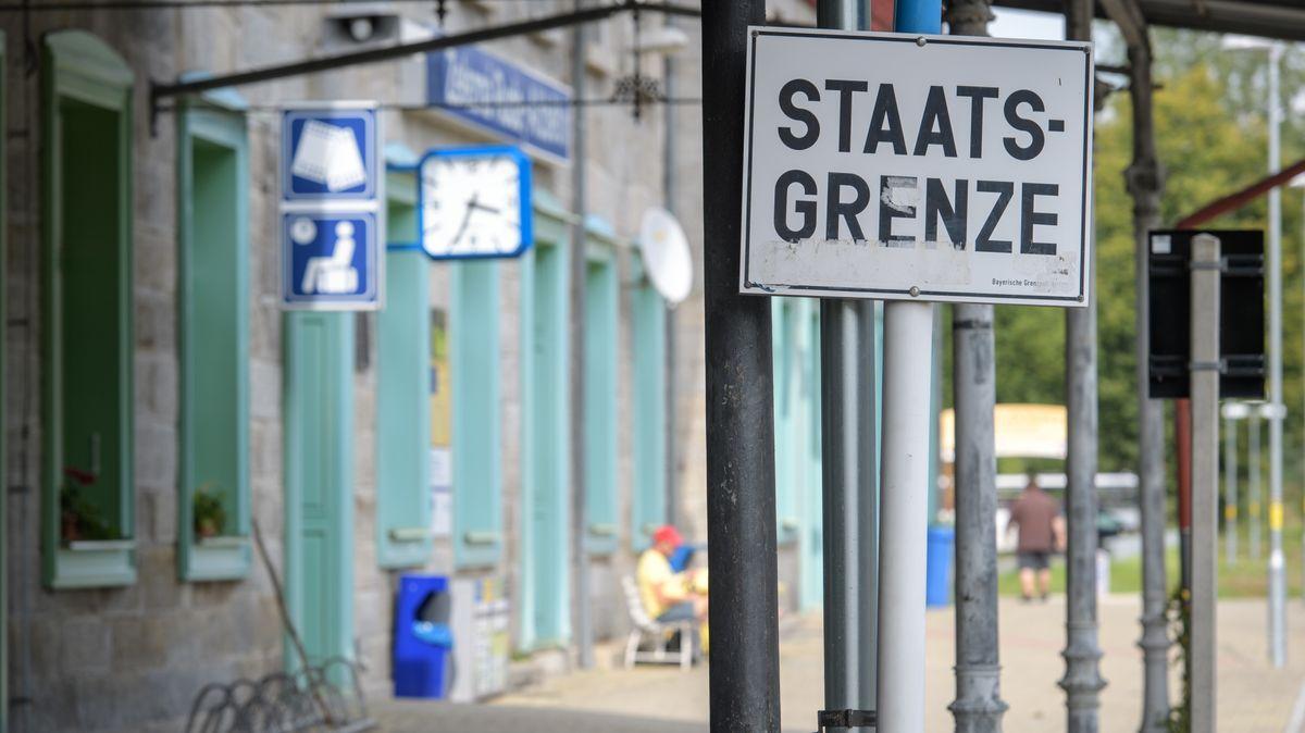 Grenzbahnhof in Bayerisch Eisenstein (Bayern) auf den Übergang vom deutschen (vorne) zum tschechischen Teil des Bahnhofs hin.
