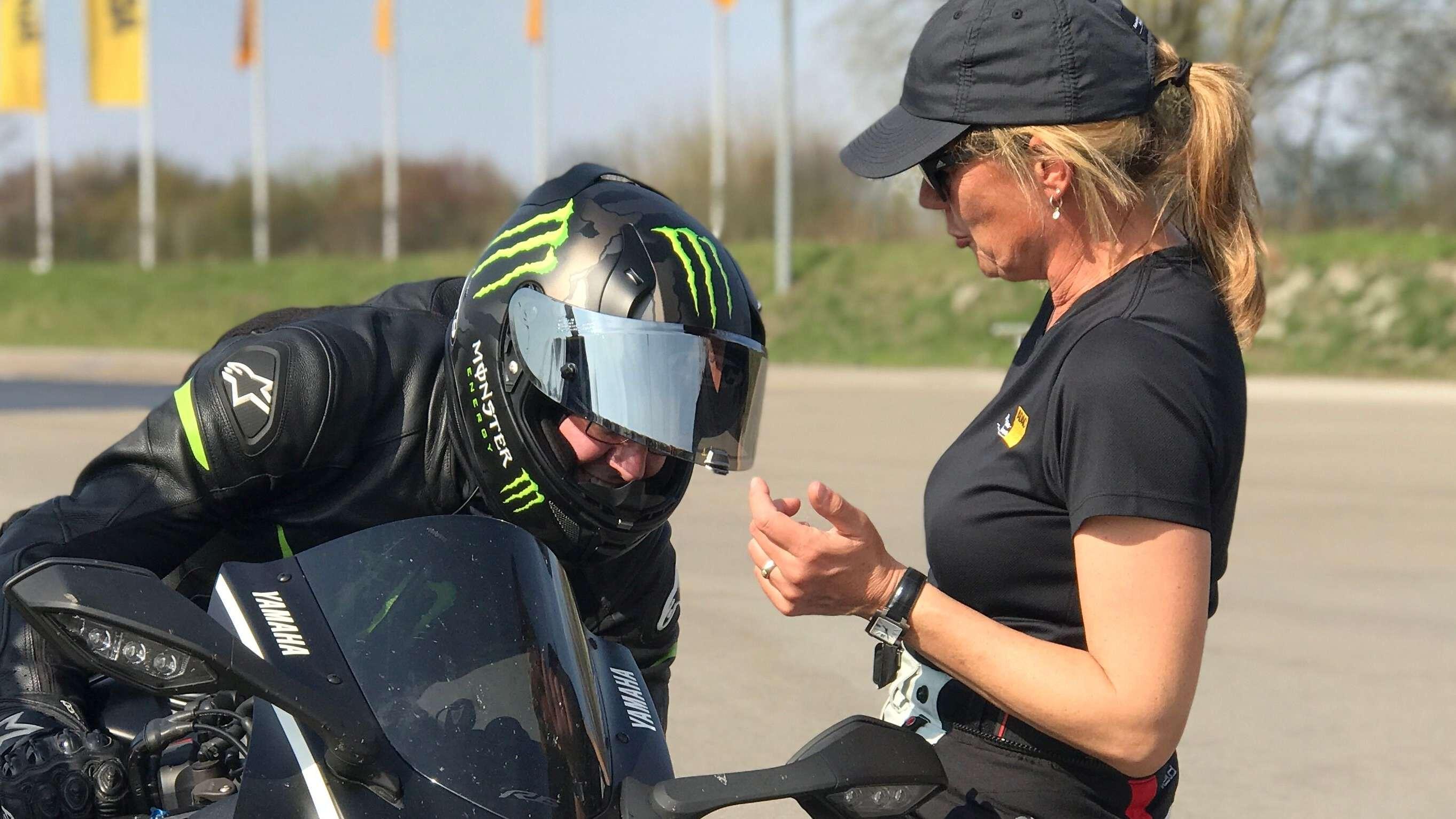 Trainerin und Teilnehmer beim Sicherheitstraining bei Augsburg