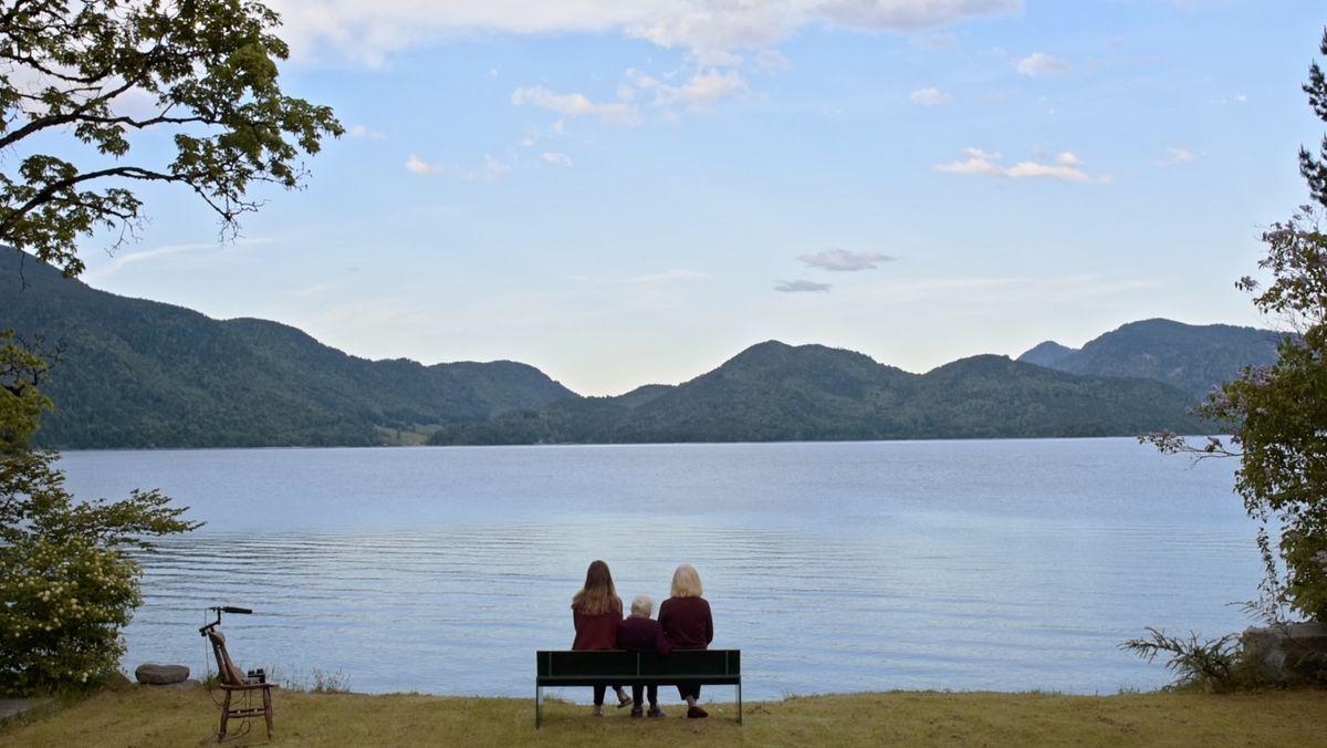 Totale vom Walchensee mit Frauen auf einer Bank, die auf den See schauen