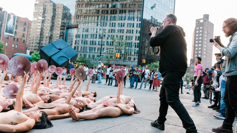 Nackte Menschen vor der Facebook-Zentrale in New York.