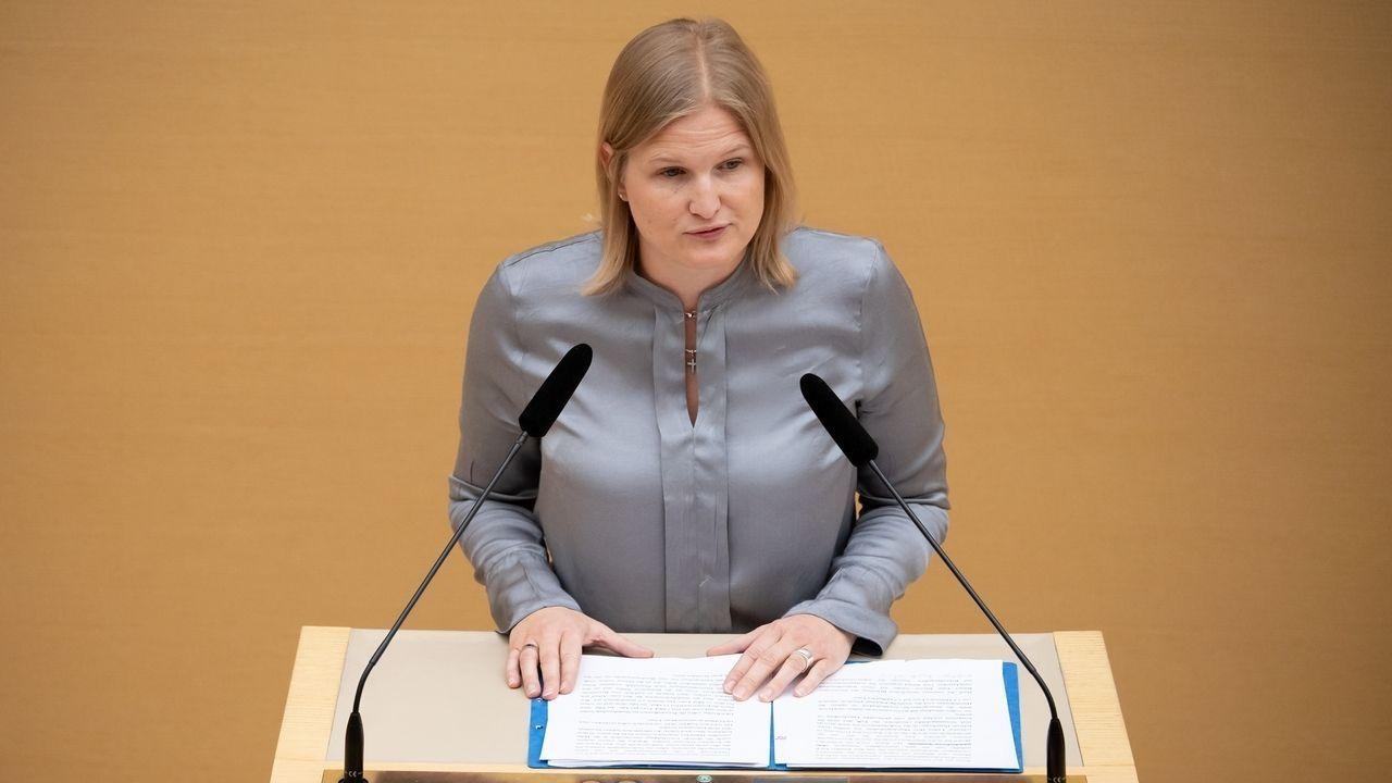 Die AfD-Fraktionsvorsitzende Katrin Ebner-Steiner spricht im bayerischen Landtag während einer Plenarsitzung am 15. Mai 2019