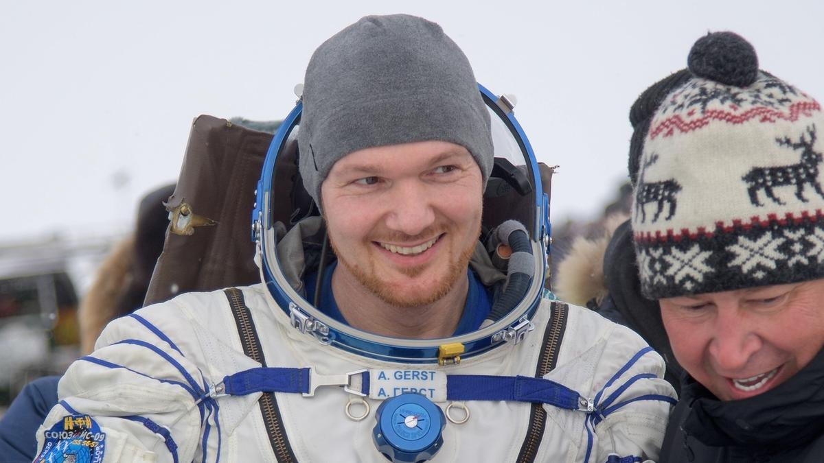 Entspannt lächelt der deutsche Astronaut Alexander Gerst, als er am 20. Dezember 2018 nach über einem halben Jahr auf der Internationalen Raumstation (ISS) wieder zurück auf der Erde landet. Morgens um 6.05 Uhr war die Sojus-Kapsel nach fast dreieinhalb Stunden Flug in der Steppe in Kasachstan gelandet.