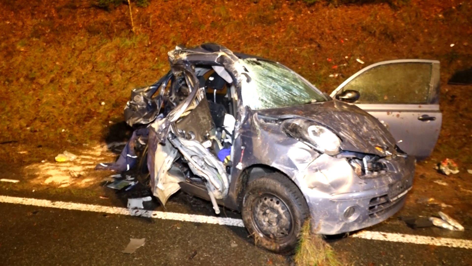 Das zerstörte Auto am Straßenrand