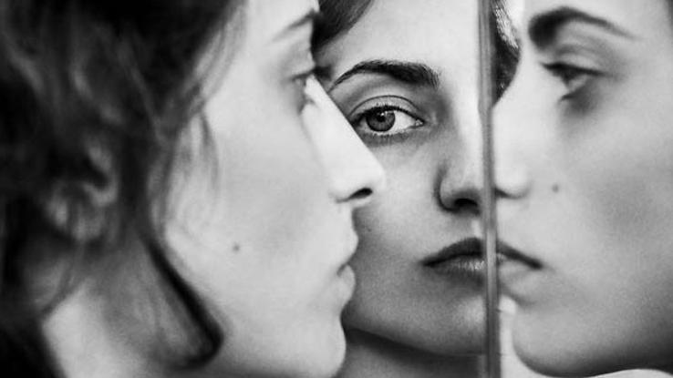 Elizaveta Porodina zeigt ein Dreifach-Porträt