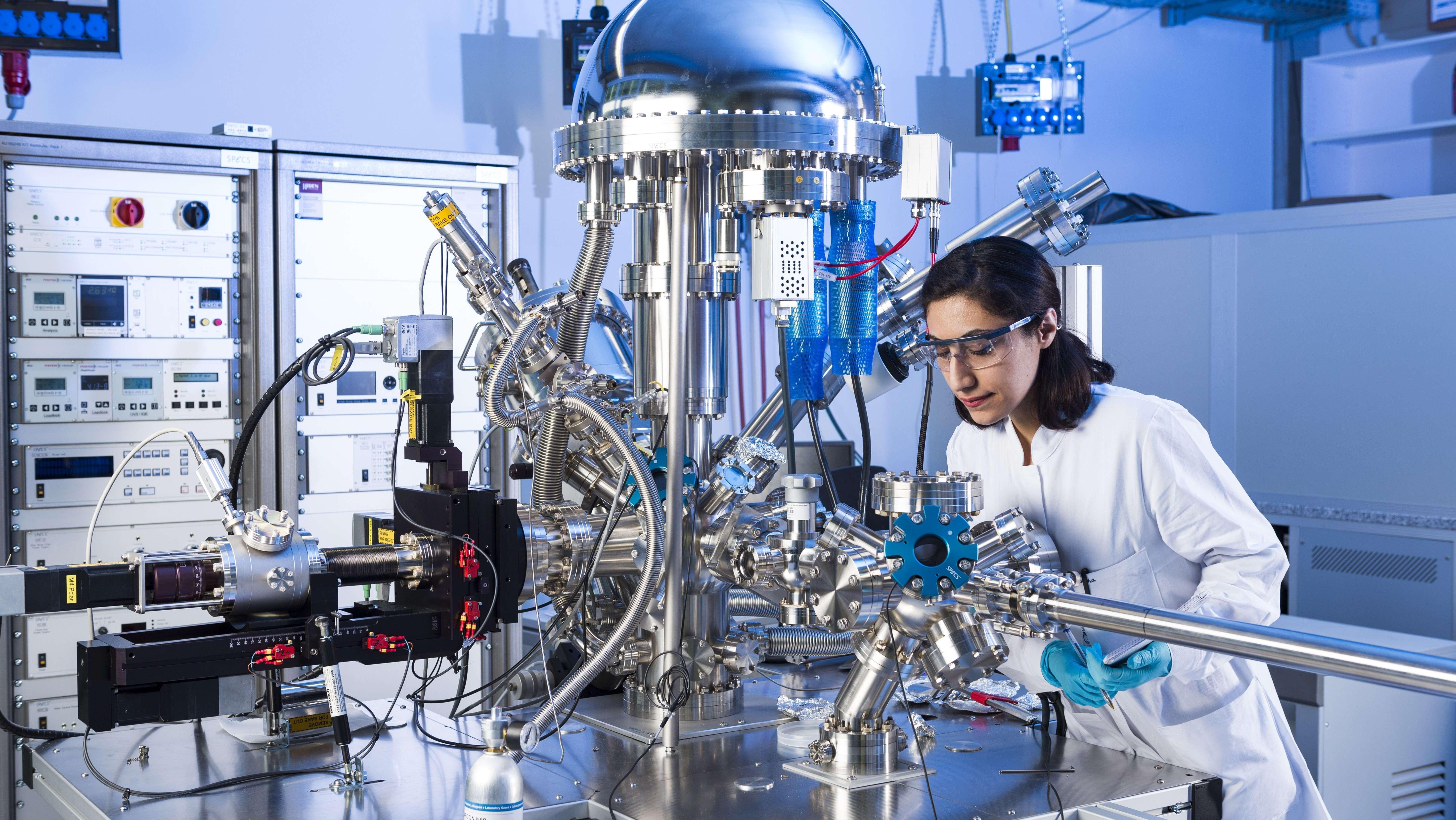 Doktorandin am KIT untersucht die elektrochemischen Eigenschaften unterschiedlicher Materialien für neue Energiespeichertechnologien