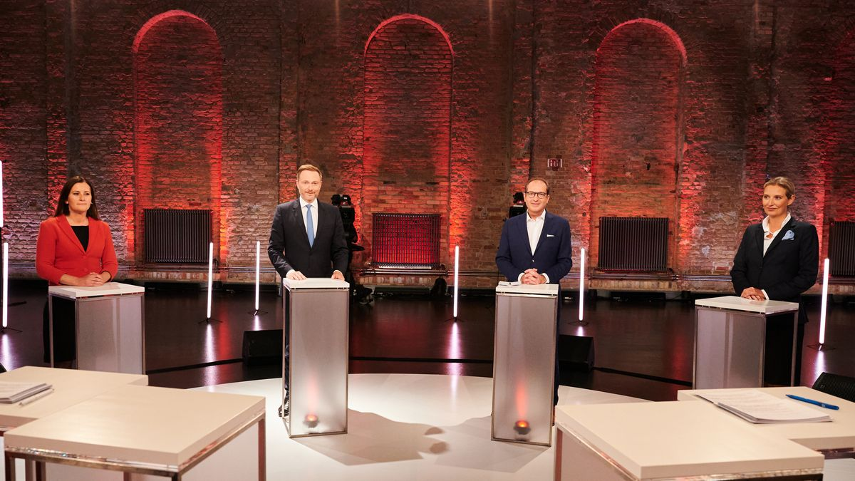 """Von links: Janine Wissler (Die Linke), Christian Lindner (FDP), Alexander Dobrindt (CSU) und Alice Weidel (AfD) beim """"Vierkampf"""" in der ARD."""