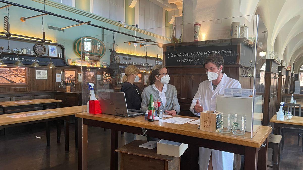 Vorbereitungen für die Schnelltests in den Innenräumen des Grüner Brauhauses in Fürth.