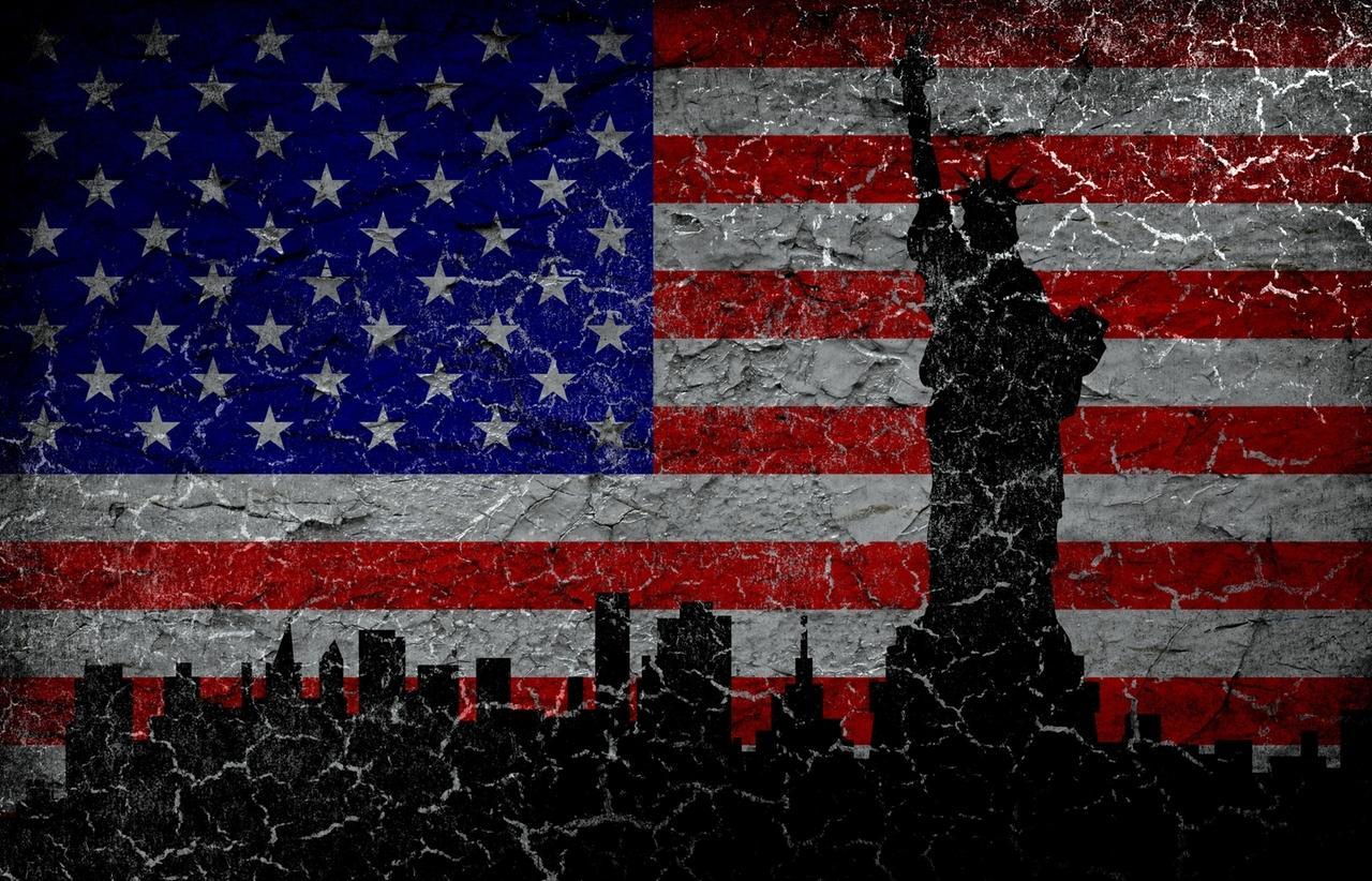 Silhouette der Freiheitsstatue auf schmutziger amerikanischer Flagge