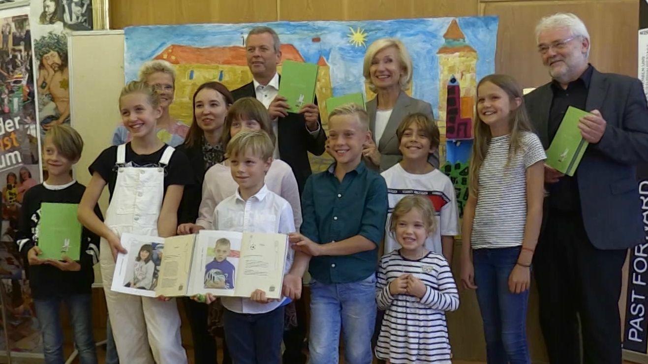 Übergabe Kulturhauptstadt-Bewerbungsbuch von Kindern