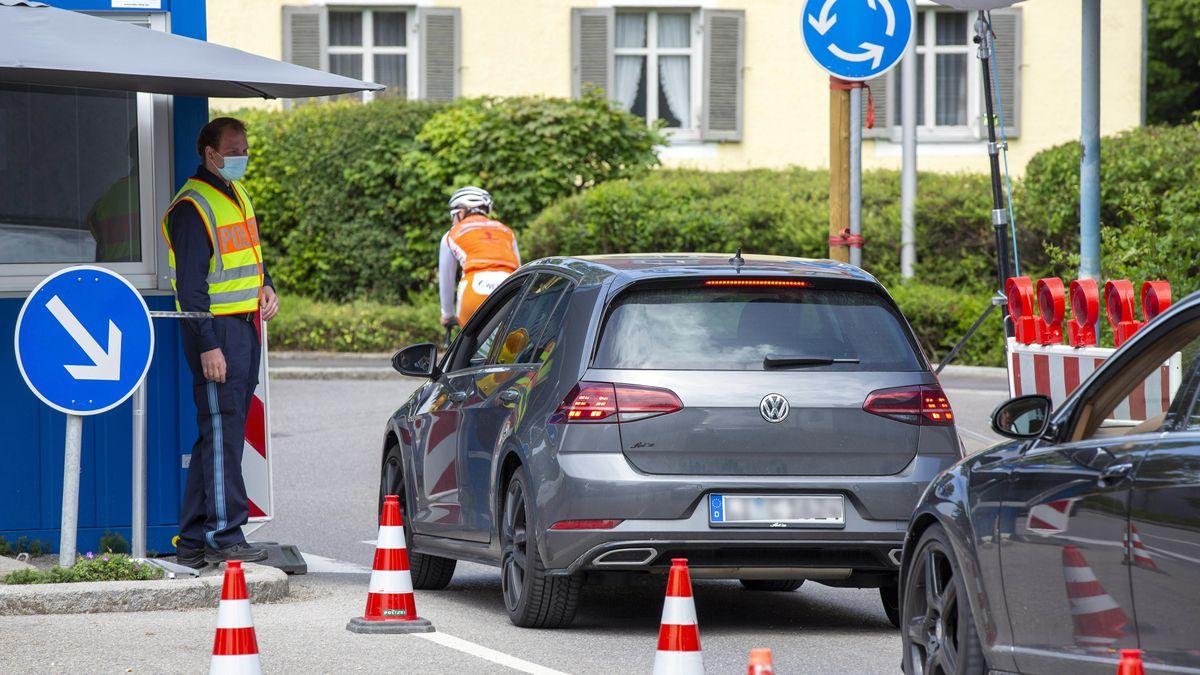Am Grenzübergang Ziegelhaus in Lindau am Bodensee warten Autos an der Grenze zu Österreich auf die Durchfahrtserlaubnis.