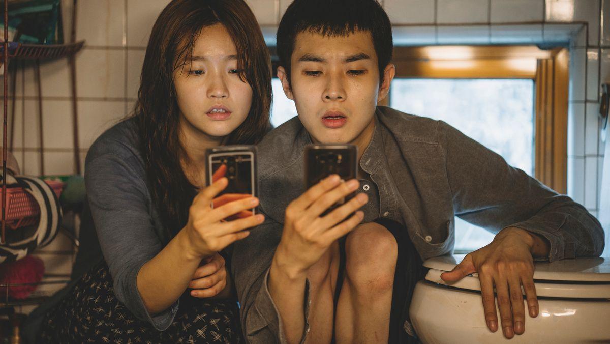 Für kostenloses Internet kriechen Ki-jung (Park So Dam) und ihr Bruder Ki-woo (Choi Woo Shik) in die entlegensten Ecken ihrer Behausung.