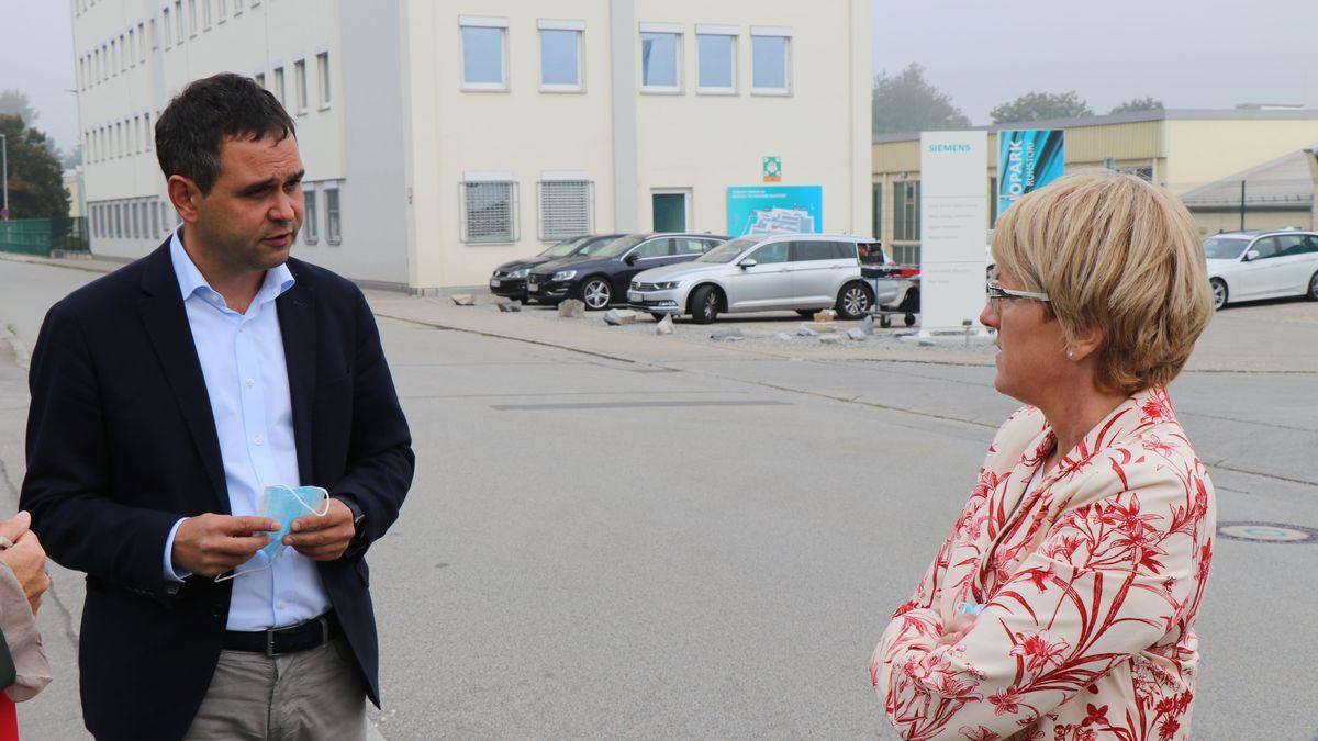 Landrat Raimund Kneidinger mit der Siemens-Betriebsratsvorsitzenden Elke Malcher vor dem Siemens-Gebäude in Ruhstorf