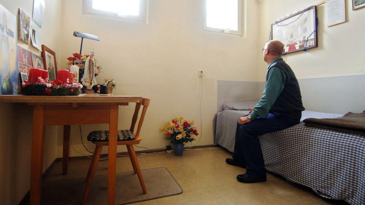 Strafgefangener in der Justizvollzugsanstalt Straubing: Sitzt auf seinem Bett und blickt an die Wand. Auf dem Tisch stehen religiöse Devotionalien.