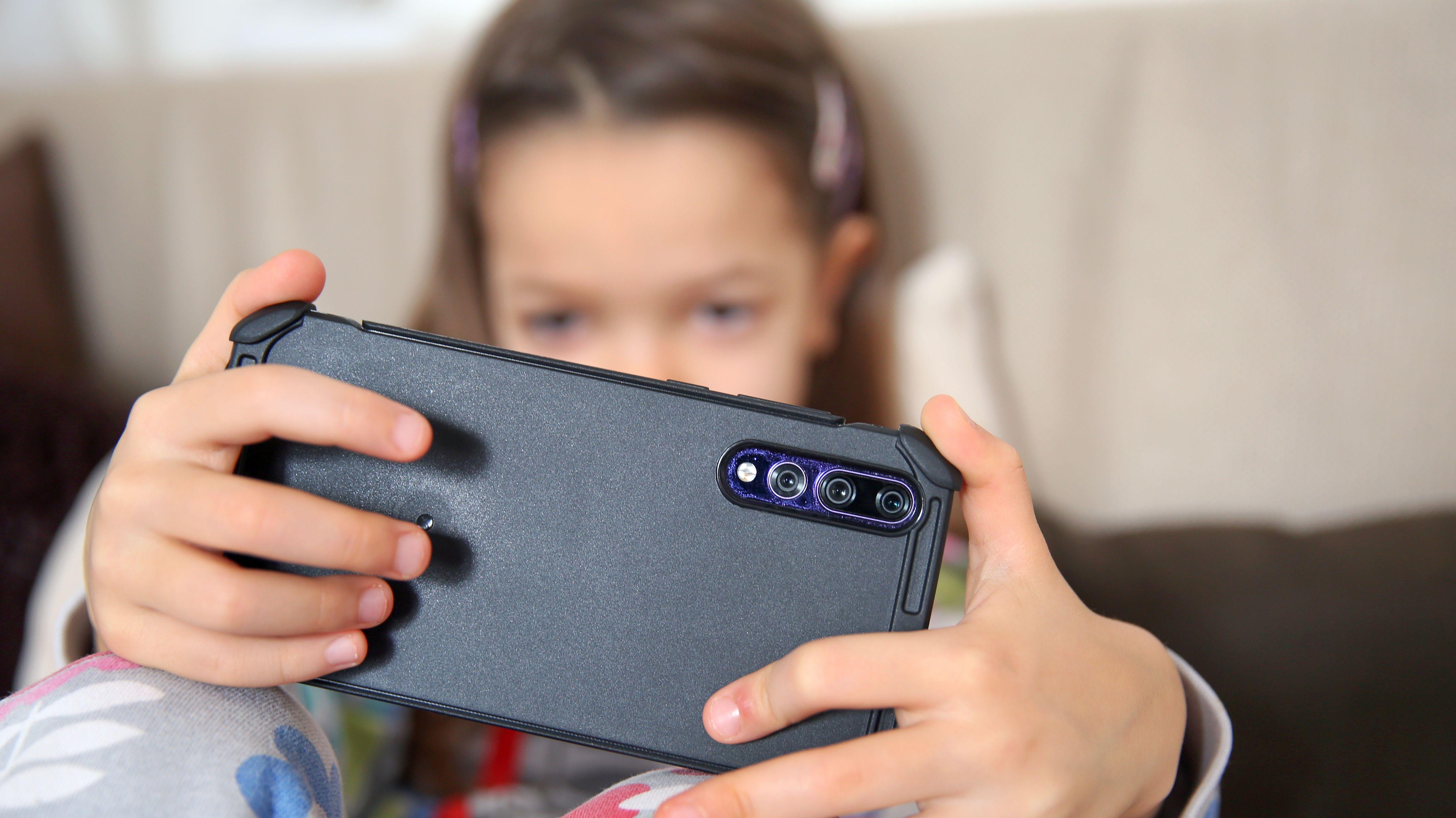 Symbolbild: Kind mit Smartphone