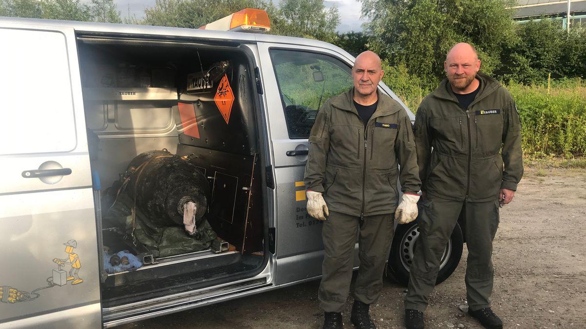 Sprengmeister von Augsburg Roger Flakowski und Torsten Thienert mit der entschärften Bombe im Auto