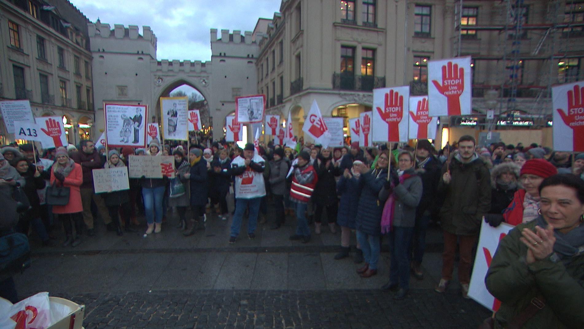 Mehrere Hundert Lehrer demonstrierten in München gegen die Pläne des Kultusministers.