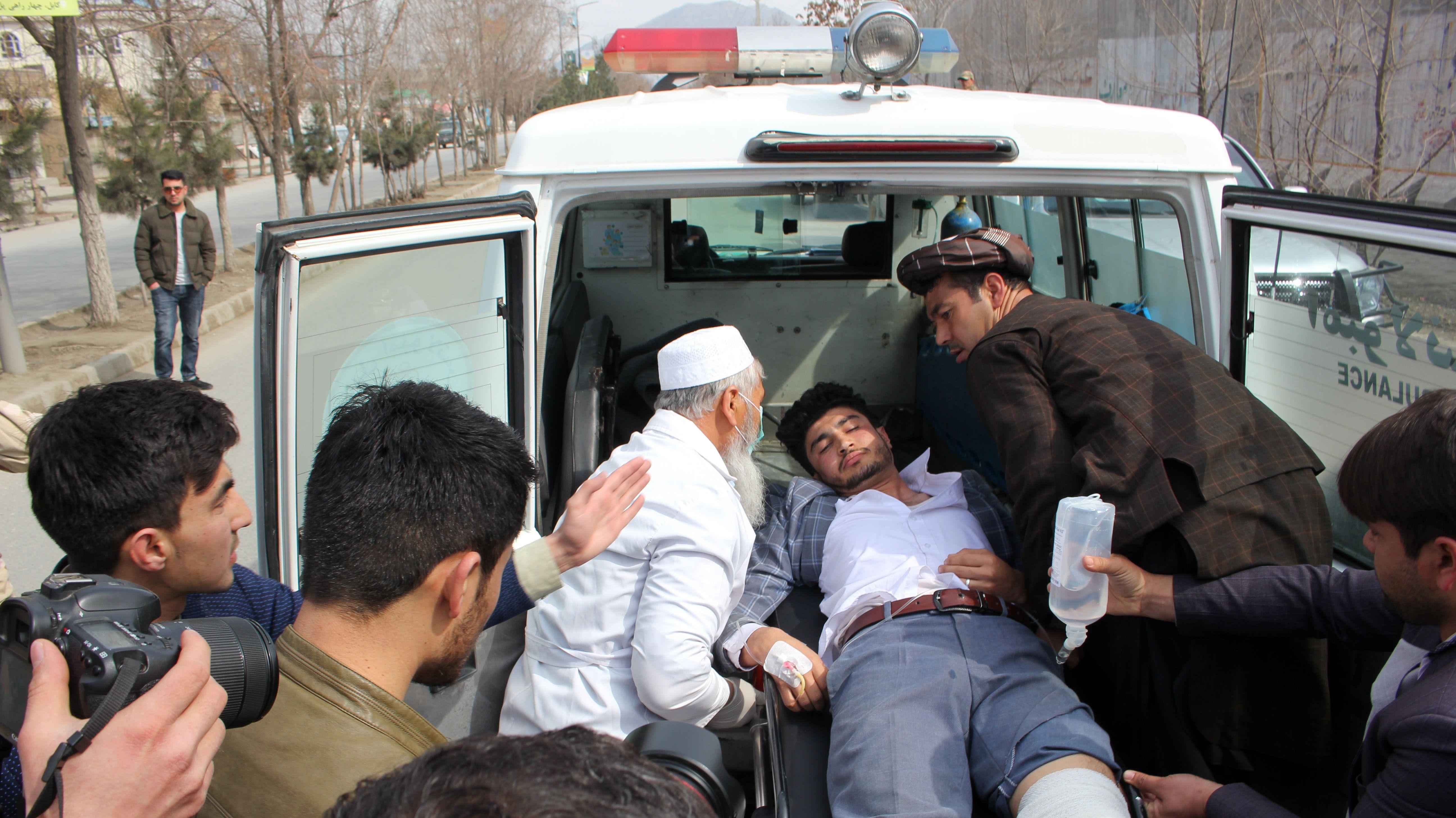 Rettungskräfte versorgen einen verletzten Mann.