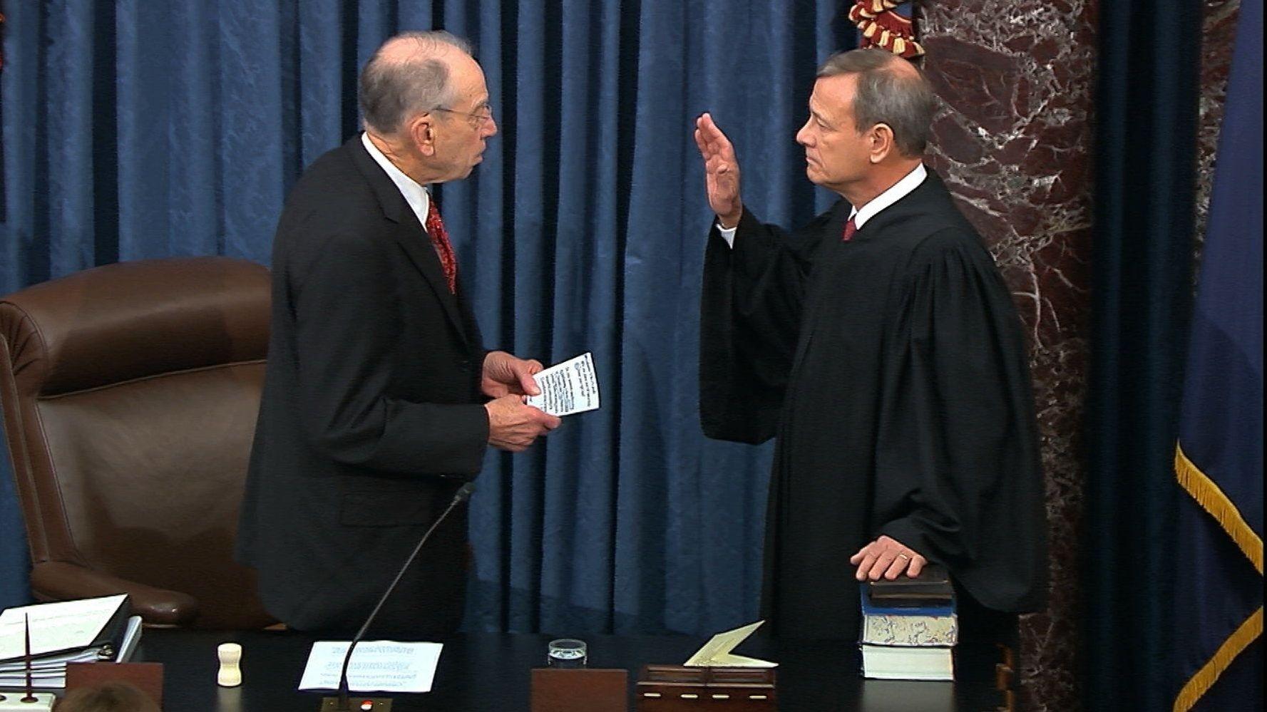 John Roberts, Oberster Richter in den USA, wird in der Kammer des Senats von Chuck Grassley, Vorsitzender des zuständigen Justizausschusses im US-Senat, vereidigt.