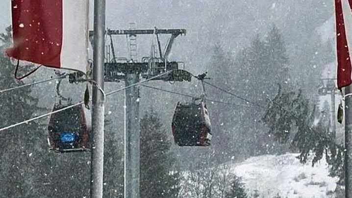 Gondeln der Hahnenkamm-Bahn im Schneegestöber