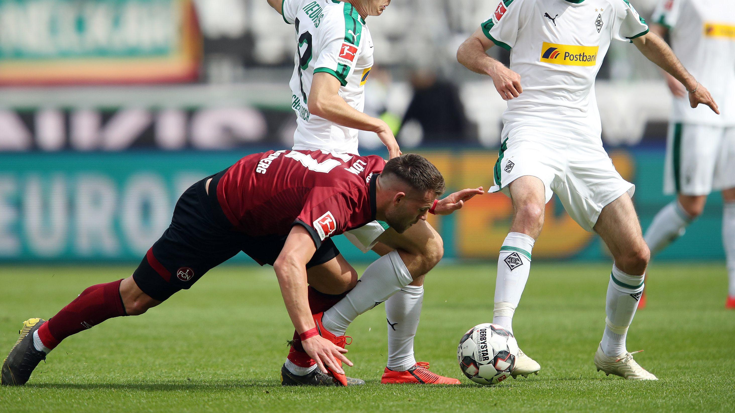 Der Nürnberger Eduard Löwen strauchelt gegen zwei Mönchengladbacher