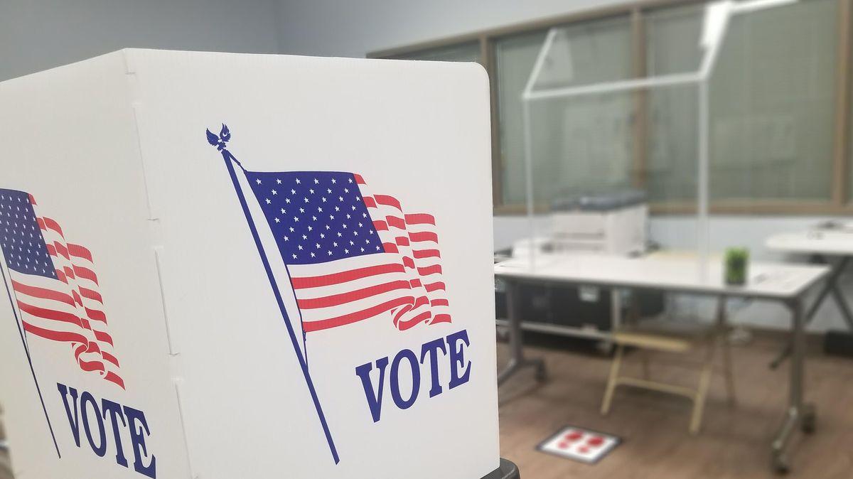 """""""Vote"""", Wählen Sie, und eine US-Flagge auf einer Wahlkabine."""