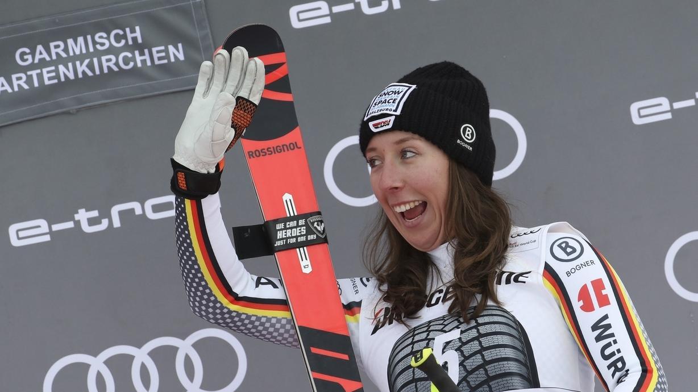 Skirennfahrerin Kira Weidle auf dem Podest in Garmisch-Partenkirchen