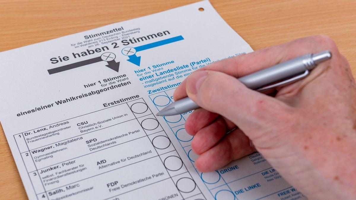 Eine Hand mit Kugelschreiber über einem Wahlzettel zur Bundestagswahl (Symbolbild)