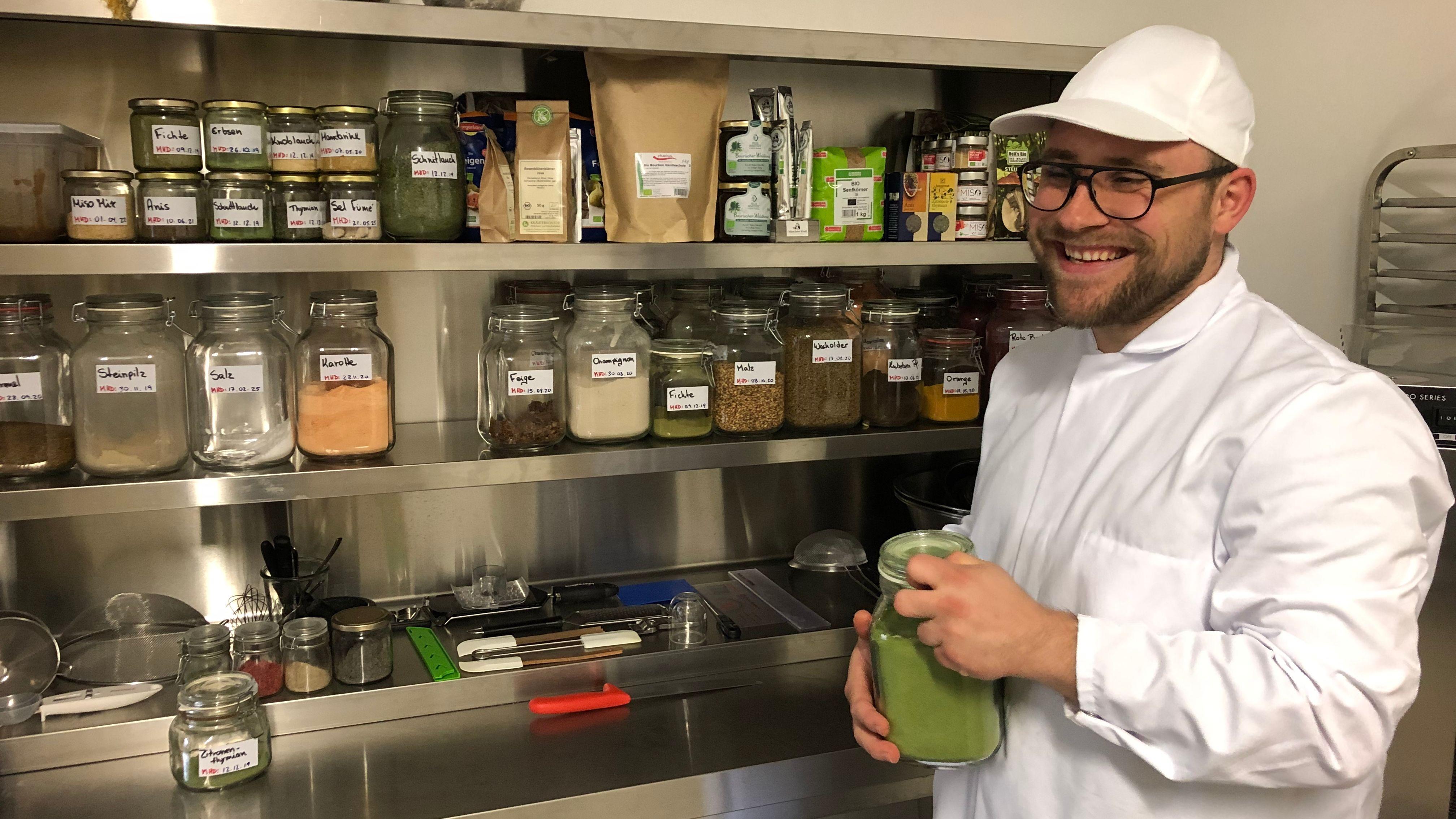 Moritz Oswald vor einem Teil der Zutaten für die besondere Butter