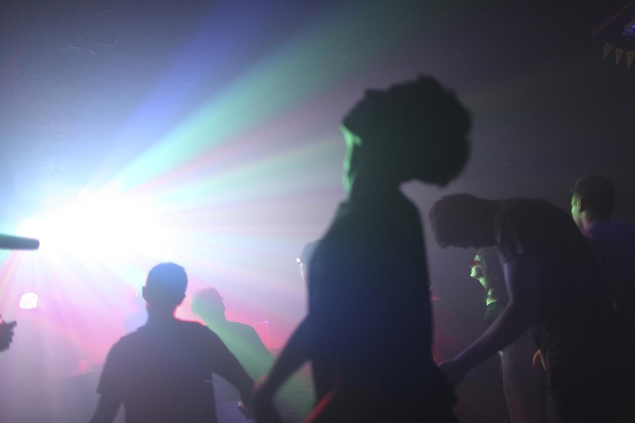 Ukraine. Die DJs Anton und Pavel aus Donetsk legen im Club Belly in Kharkiv auf.