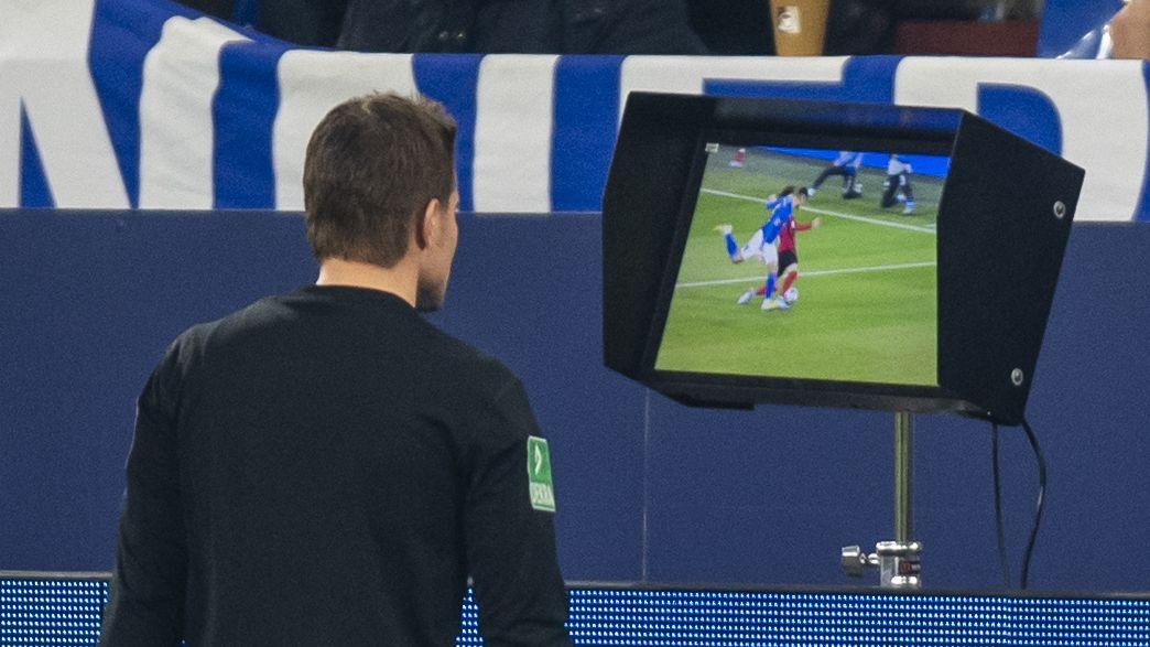 Schiedsrichter kontrolliert eine Szene am Monitor