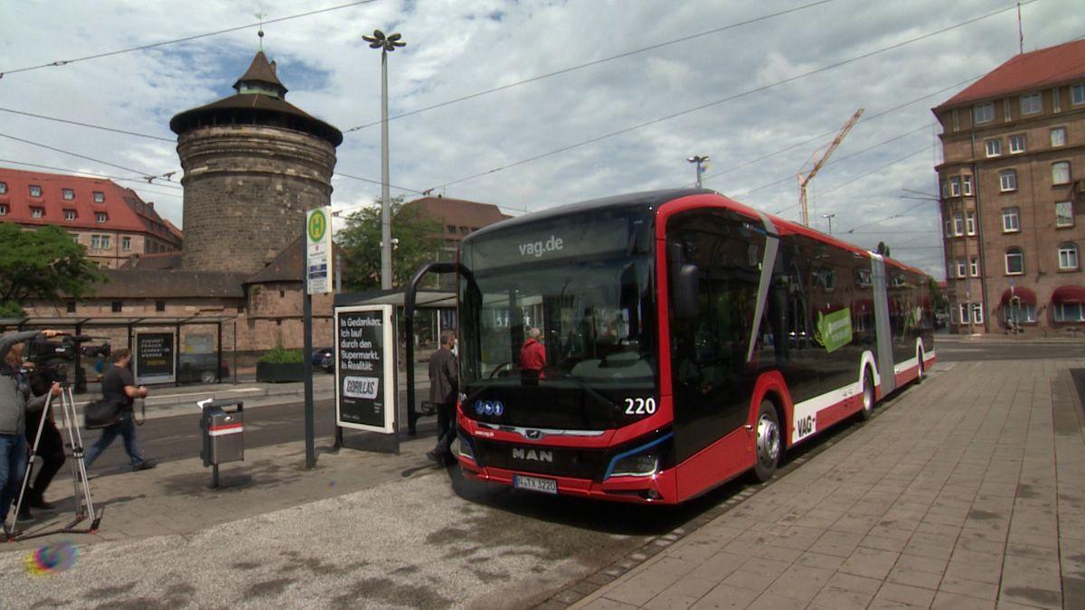 Elektro-Gelenkbus der VAG am Nürnberger Hauptbahnhof