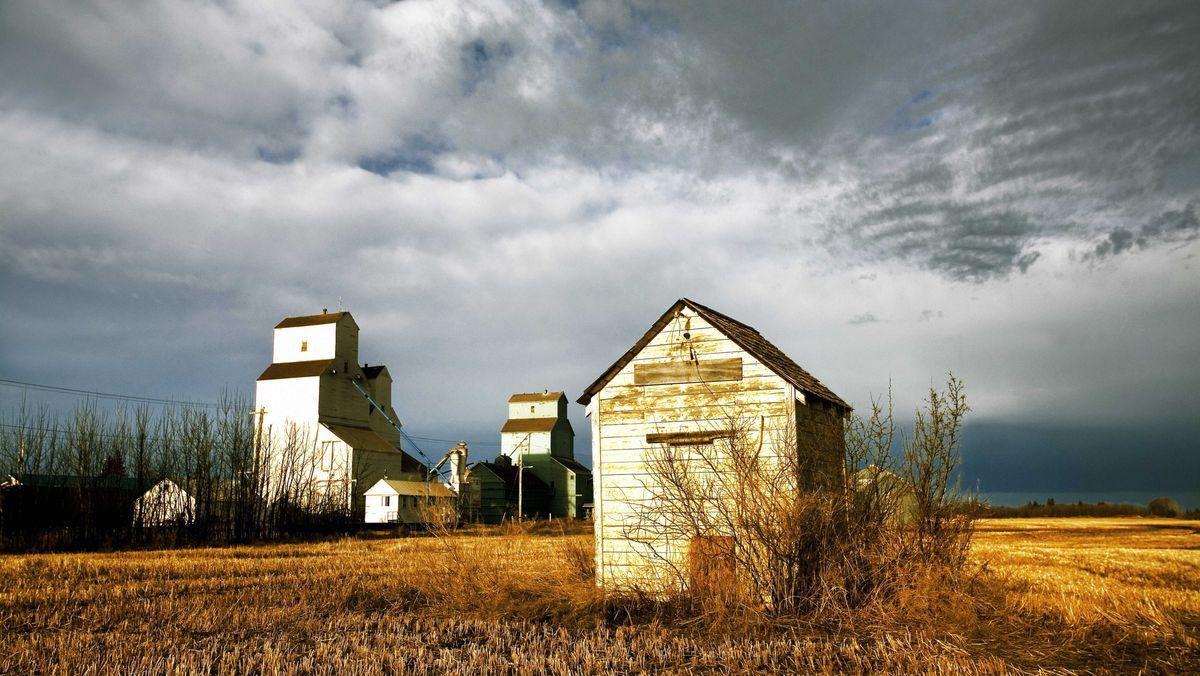 Eine Ebene im Osten Kanadas mit einigen Holzschuppen und Stoppelfeldern.