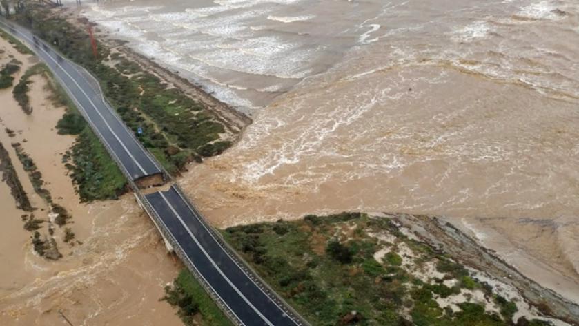 Die Luftaufnahme der eingestürzten Brücke über den Fluß Santa Lucia auf Sardinien, Italien.
