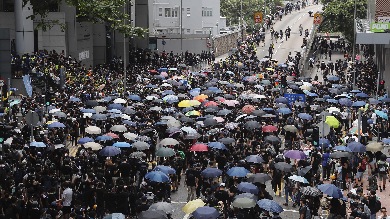 21.06.2019, China, Hongkong: Demonstranten versammeln sich in der Nähe des Polizeipräsidiums.